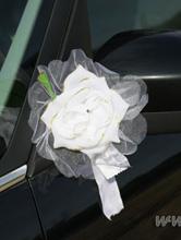 свадебные украшения на зеркала и ручки автомобиля