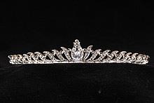 диадемы (короны, тиары) - высокие золотистые свадебные диадемы и короны со стразами