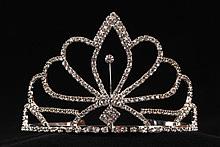 диадемы (короны, тиары) - эффектная золотистая диадема со стразами