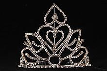 диадемы (короны, тиары) - невысокая серебристая диадема со стразами, фото, каталог и цены