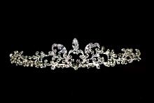 диадемы (короны, тиары) - эффектная диадема со стразами Сваровски