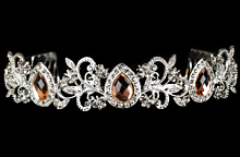серебристая диадема со стразами персикового цвета, фото, картинка