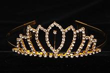 диадемы (короны, тиары) - золотистая диадема со стразами для невесты
