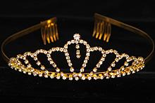 диадемы (короны, тиары) - серебристая диадема с жемчугом и стразами
