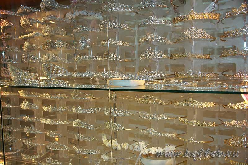 витрина с диадемами в свадебном салоне Белый Лебедь