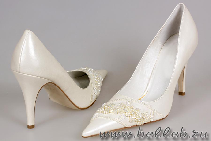 Белые босоножки на небольшом каблуке