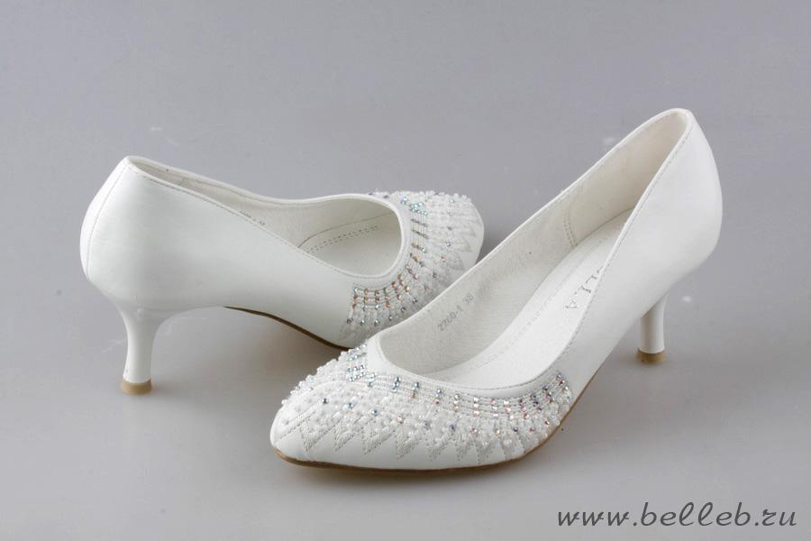 белые свадебные туфли, украшенные