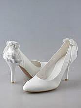 свадебная обувь, белые свадебные туфли, украшенные стразовым бантиком