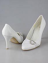 свадебная обувь, белые свадебные туфли, украшенные серебристой стразовой пряжкой