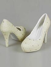 свадебные туфли жемчужного цвета, украшенные жемчужинами и стразами на высоком каблуке, фото