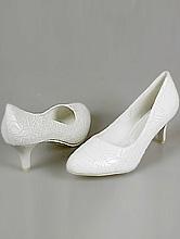 свадебная обувь, молочные свадебные туфли на невысоком каблуке, фото