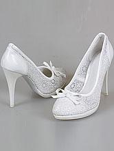 Кружевные белые туфли на высоком каблуке и небольшой платформе, фото