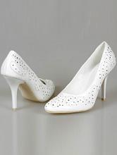Классические белые свадебные туфли-лодочки, украшенные вышивкой и серебристыми стразами