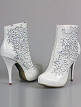 обувь на свадьбу, белые свадебные сапожки со стразами, фото, каталог и цены
