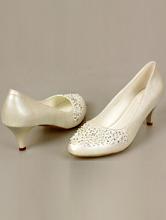 украшенные туфли айвори цвета на низком каблуке, фото